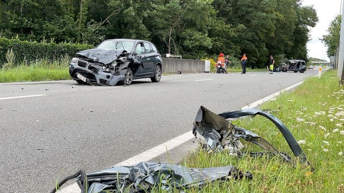 Ook de BMW is total loss na de aanrijding door de bestelwagen.