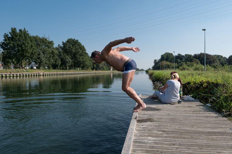 Illegaal een frisse duik nemen in de Leuvense Vaart.