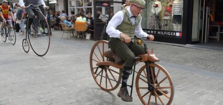 Fietshandelaar Arie (54) uit Nieuwegein haalt record op een 'gedrocht' van een fiets uit 1839