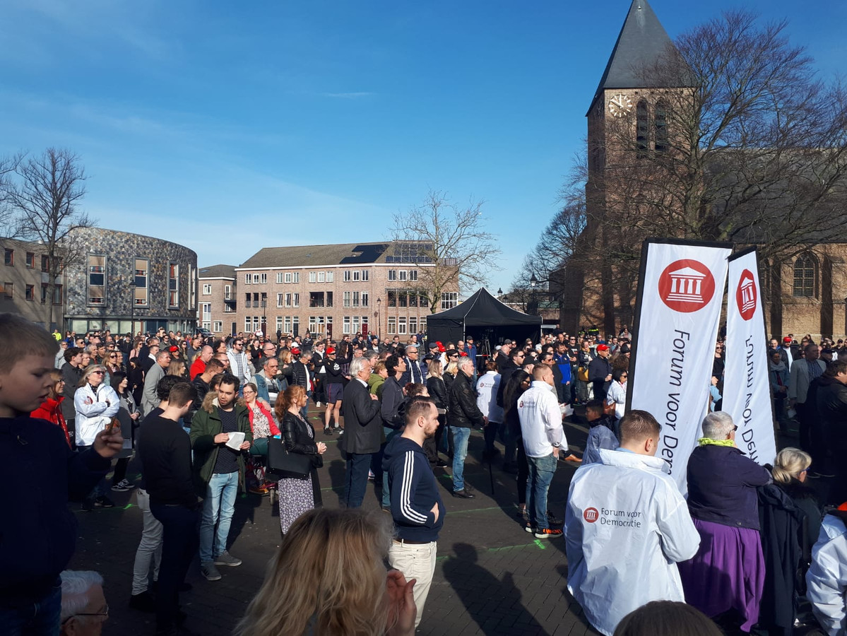 Het marktplein vol met bezoekers voor Baudet.