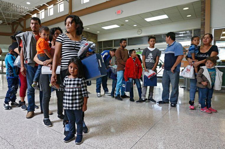 Migranten in een opvangcentrum in McAllen, op de grens tussen Mexico en Texas. Beeld EPA
