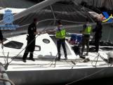 Spaanse politie gaat aan boord luxueus zeiljacht. Ze komt buiten met ton cocaïne
