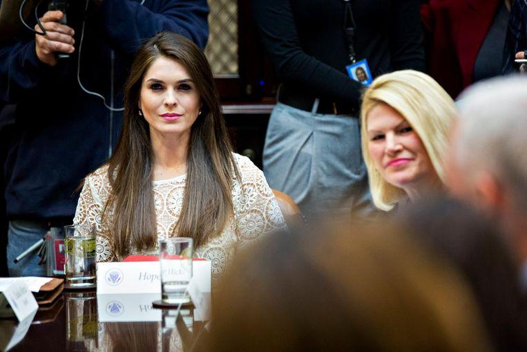 Hope Hicks luistert aandachtig tijdens een bijeenkomst met ondernemers in de Roosevelt Room in maart in het Witte Huis. Beeld EPA
