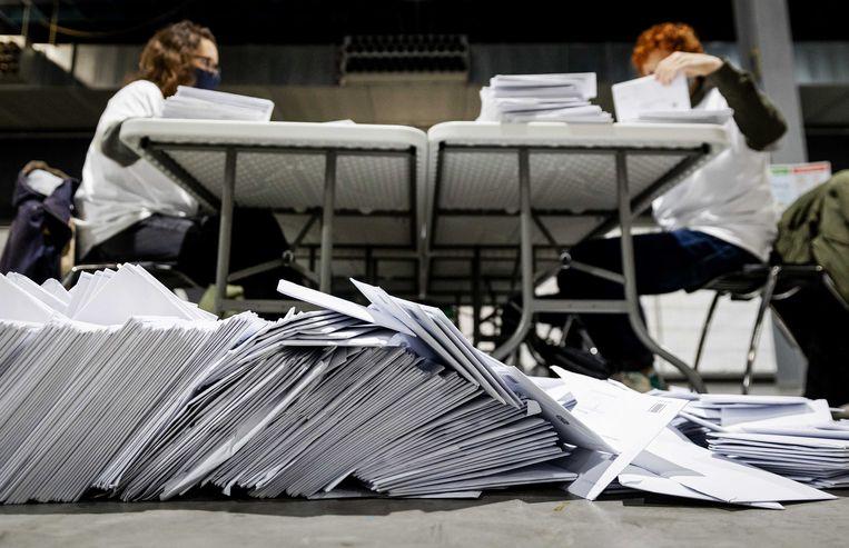 Briefstemmen voor de Tweede Kamerverkiezingen worden geopend in de Jaarbeurs Utrecht. Beeld ANP