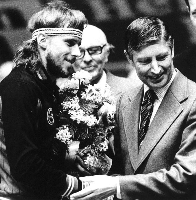 De Zweedse tennister Bjorn Borg wordt in 1979 door premier Dries van Agt gefeliciteerd met zijn overwinning in de WCT-finale, waarin hij de Amerikaan McEnroe met 6-4 en 6-2 versloeg. Beeld anp