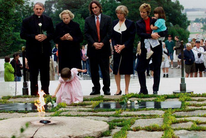 Saoirse Kennedy Hill, hier drie jaar oud, in 2000 bij het monument voor haar overleden oom.