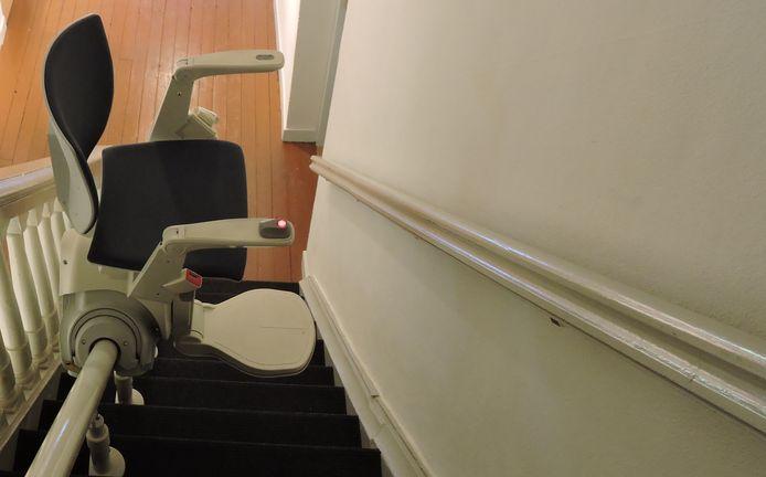 Met de traplift komt een Rotterdamse vrouw vanwege haar aandoeningen 's nachts geregeld te laat bij het toilet.