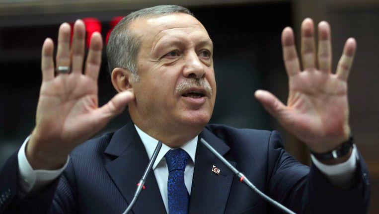 Voor de gemeenteraadsverkiezingen ruim 2 maanden geleden werden op YouTube en Twitter afgeluisterde telefoongesprekken verspreid die erop wijzen dat premier Recep Tayyip Erdogan en mensen uit zijn omgeving corrupt zijn. Daarop besloot de regering deze sociale media te verbieden. Beeld belga