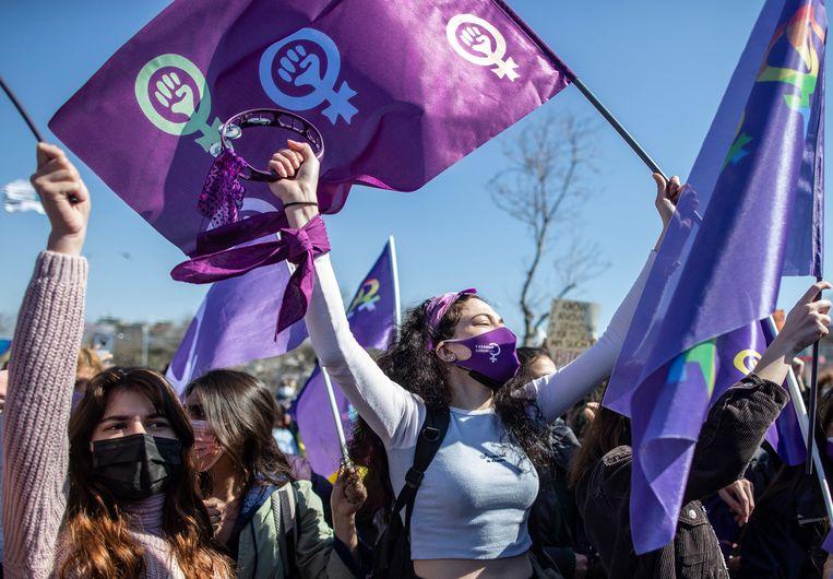 Vrouwenprotest in Istanbul na de terugtrekking uit het verdrag door Turkije. Beeld EPA