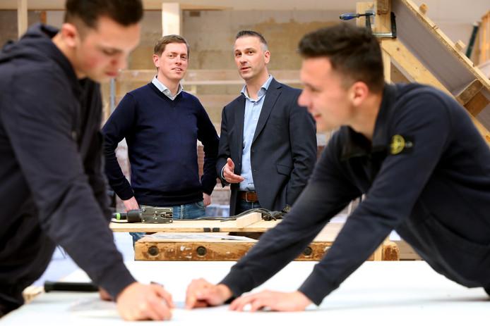 BouwSchool Breda staat binnenkort in de spotlights als decor in een programma van RTL4. Dit tot vreugde van directeur Erik Colijn (R) en deelnemer aan het programma Martijn Nap (L).