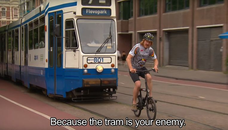 'Never ride in front of the tram' Beeld Screenshot Youtube