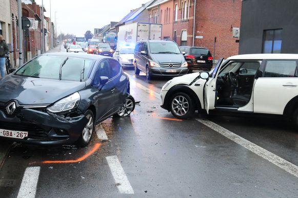 De mini reed eerst tegen de Renault, waarna de Renault tegen een ander voertuig van een ouder koppel terecht kwam.