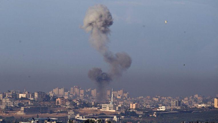 Rookpluimen boven een moskee in het noorden van de Gazastrook, vandaag. Beeld epa