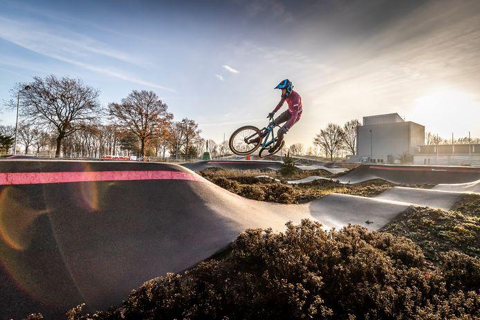videostill uit de campagnevideo Roosendaal maakt het bereikbaar. Met dit soort gelikte beelden van de stad, maar vooral door verhalen van Roosendalers zélf, wil Citymarketing ervoor zorgen dat Roosendalers trots worden op hun woonplaats en dat ook gaan uitdragen.