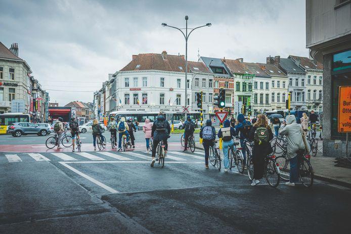 Aanschuiven aan de Heuvelpoort: Gent telt opnieuw tienduizenden fietsers extra.