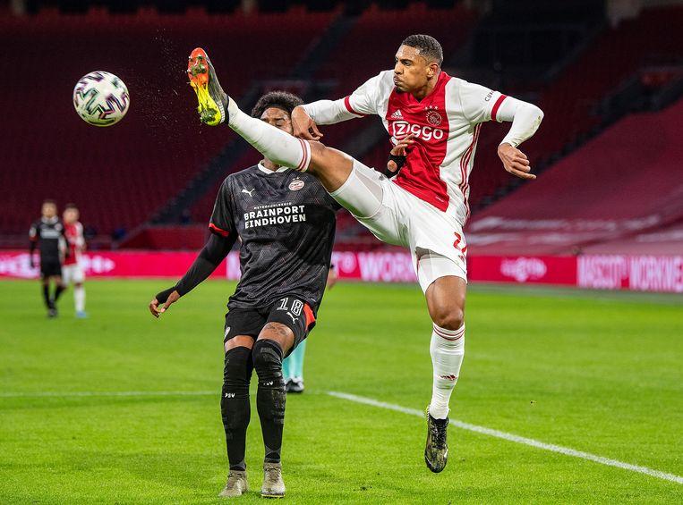 Sebastian Haller, de grote man aan Ajax' zijde, schopt de bal weg voor PSV-er Pablo Rosario erbij kan. Beeld Guus Dubbelman / de Volkskrant