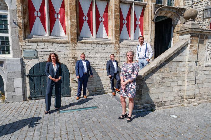 vlnr: wethouders Mignon van der Zwan, Patrick van der Velden, Jeroen de Lange, Petra Koenders en Barry Jacobs. Van der Zwan, Koenders en De Lange blijken duizenden euro's te veel betaald te krijgen.