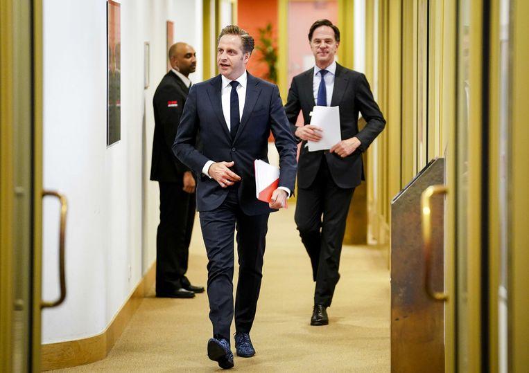 Demissionair premier Mark Rutte en demissionair minister Hugo de Jonge (Volksgezondheid, Welzijn en Sport) voorafgaand aan een persconferentie vrijdagavond. Beeld ANP