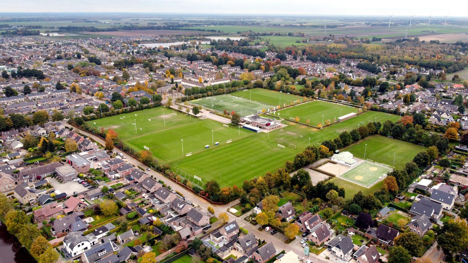 Sportpark De Boekweit in Dedemsvaart. Midden boven is het water zichtbaar van de Kotermeerstal, waarnaast de voetbal- en korfbalclubs graag hun nieuwe sportpark zien verrijzen.