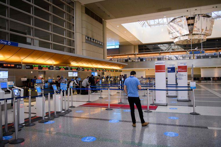 Nog geen lange rijen in de Tom Bradley International Terminal (TBIT) in Los Angeles, maar heel voorzichtig trekt de bezetting in de vliegvelden weer wat aan. Beeld AFP