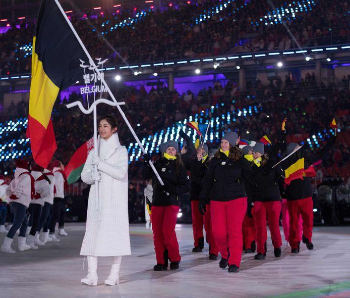 Eléonor Sana draagt de vlag, achter haar Jasper Balcaen en de begeleiders.