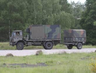 Oplegger met munitie van Defensie kantelt op weg in Nederlandse provincie Utrecht, huizen ontruimd