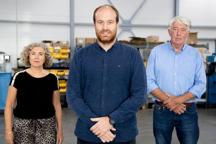 Ruben Heuver (midden) heeft het bedrijf Hydrauliek BV overgenomen van zijn ouders Dini en Egbert.
