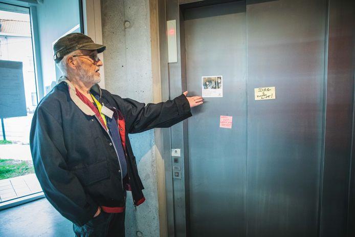 De defecte lift in de assistentiewoningen in de Jozef Vervaenestraat.
