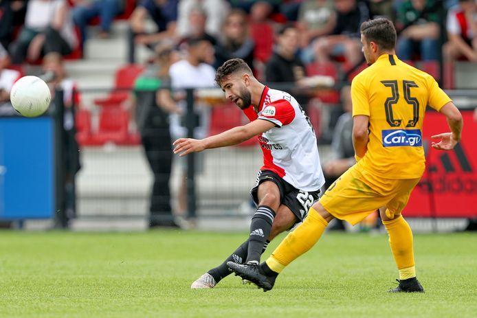 AEK Athenes-speler Konstantinos Galanopoulos probeert een schot van Feyenoorder Achraf el Bouchataoui te blokken.