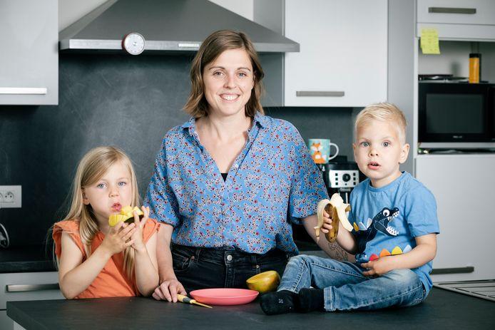 Karolien Raveydts met haar kinderen.