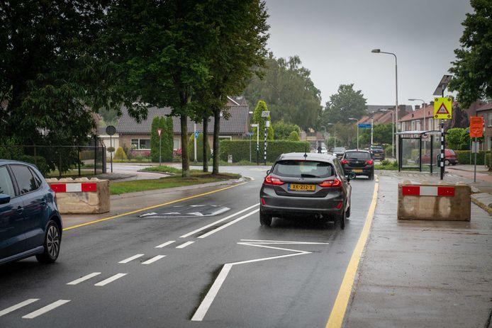 Betonblokken dwingen automobilisten nu om op de rijbaan te blijven.