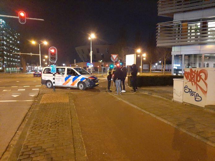 Een politieman spoort de jongeren aan om naar huis te gaan.