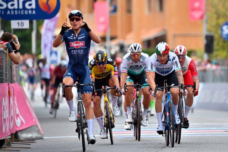 De Belg Tim Merlier (links) wint ruimt voor de concurrentie. Dylan Groenewegen (tweede van links) finishte als vierde. Beeld AP