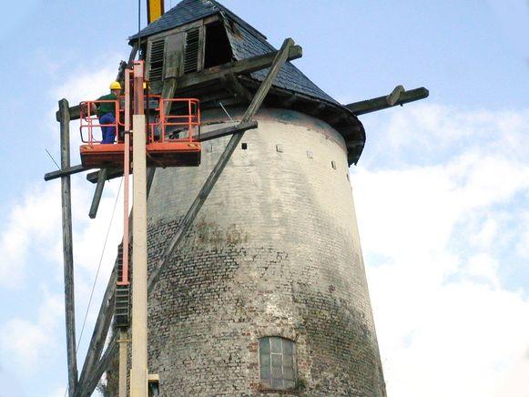 In 2001 werden de wieken en de kap van de windmolen verwijderd.
