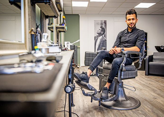 Sharaf in zijn eigen kapperszaak Haar en Baard aan de Burgemeester de Zeeuwstraat in Numansdorp.