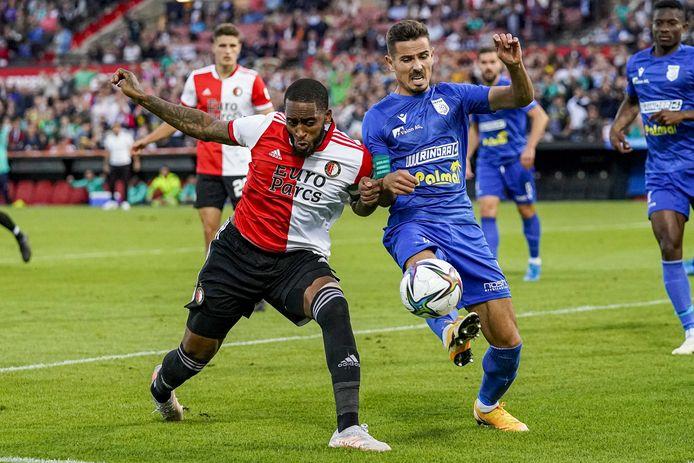 Leroy Fer ging als centrale verdediger twee keer in de fout tegen FC Drita.
