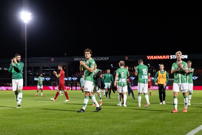 Een veelzeggende beeld: hoewel de 2-2 bij Almere City FC knap is, bedanken de spelers van FC Dordrecht toch enigszins teleurgesteld de meegereisde supporters. FOTO PRO SHOTS