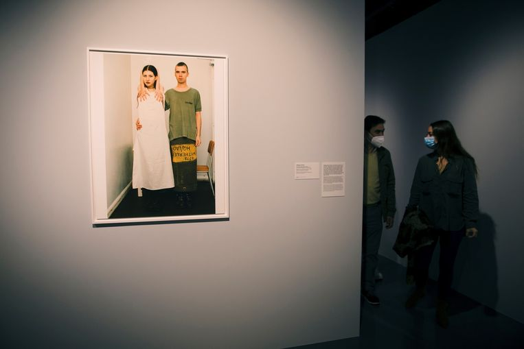 'Suzanne and Lutz, Dressed in White. Military Skirt' van Wolfgang Tillmans. Beeld EPA