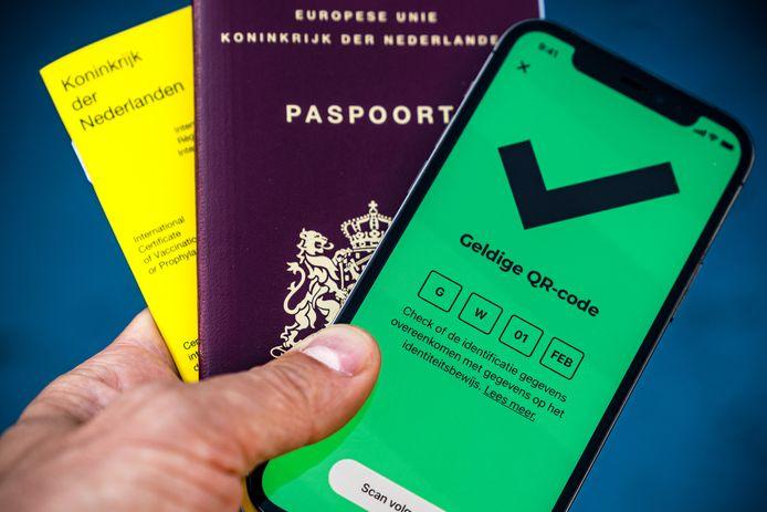 Een telefoon met de app CoronaCheck van de Rijksoverheid. Via de app kunnen reizigers een QR-code genereren die als vaccinatie of testbewijs dient bij reizen naar het buitenland.