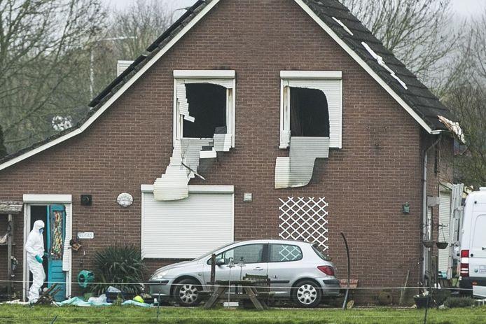 De politie onderzoekt de woningbrand in de Roodwilligenstraat in Duiven waarbij drie doden vielen.