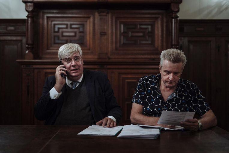 Rechter Dick van den Brink (l) en griffier Jeroen Koomen in beraad in de Herenkamer van Arkin, tussen de lopende zaken door Beeld Marc Driessen