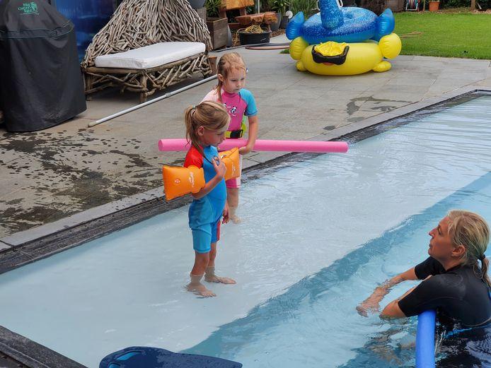 Cindy Van Paesschen heeft samen met haar zoon Kevin een zomerzwemschool opgestart. De tweeling Maartje en Lise krijgen de eerste uitleg aan de rand van het zwembad.