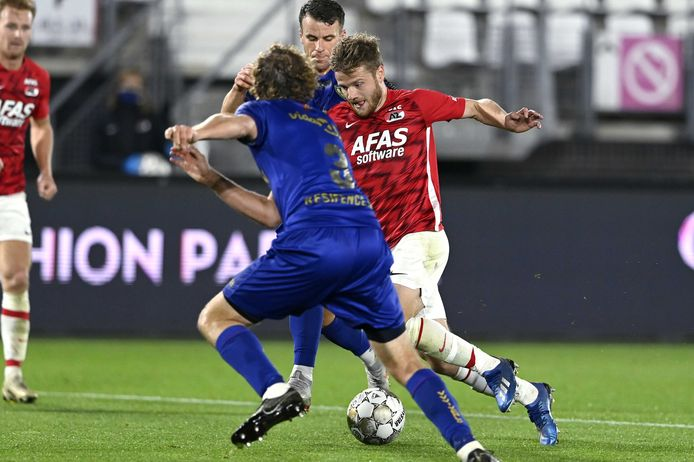 Fredrik Midtsjo probeert Arjan Swinkels te passeren.
