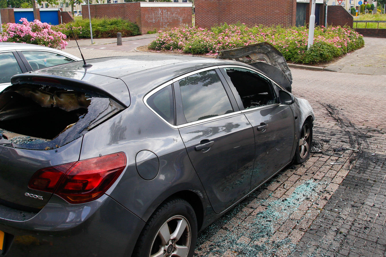 Een geparkeerde auto is compleet verwoest bij een autobrand aan de Stellingmolen in Papendrecht.