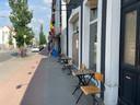 't Hofke kreeg van de gemeente toestemming een aantal tafeltjes op het voetpad te zetten