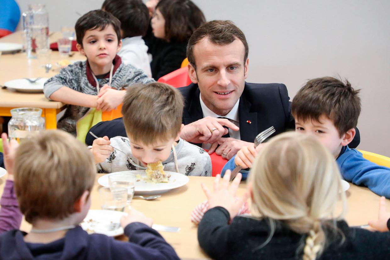 President Macron wilde de kloof tussen links en rechts overbruggen, maar zit nu gewrongen met twee ministers die in de clinch gaan over vegetarische schoolmaaltijden. Beeld AP