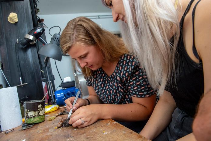 Verslaggever Rachel van Kommer snijdt de vogel bij het borstbeen open.