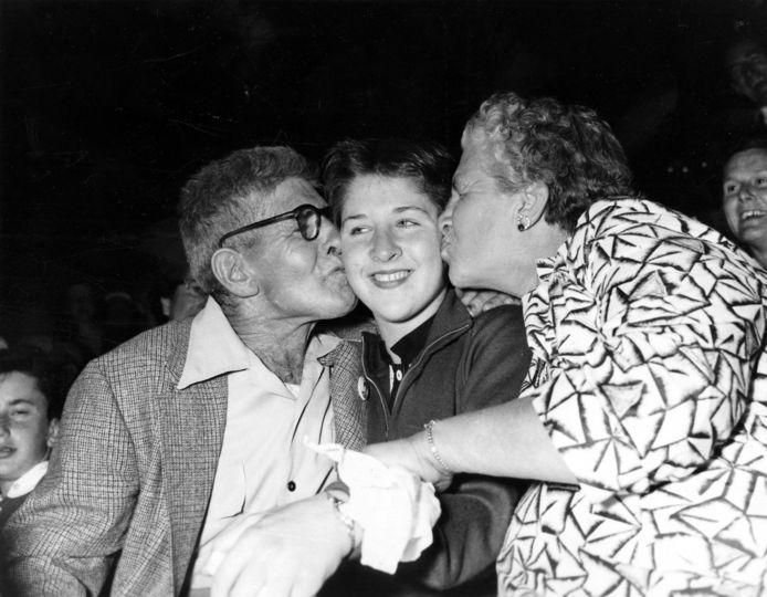 Dawn Fraser krijgt een kus van haar ouders na haar gouden medaille op de Olympische Spelen in Melbourne in 1956.