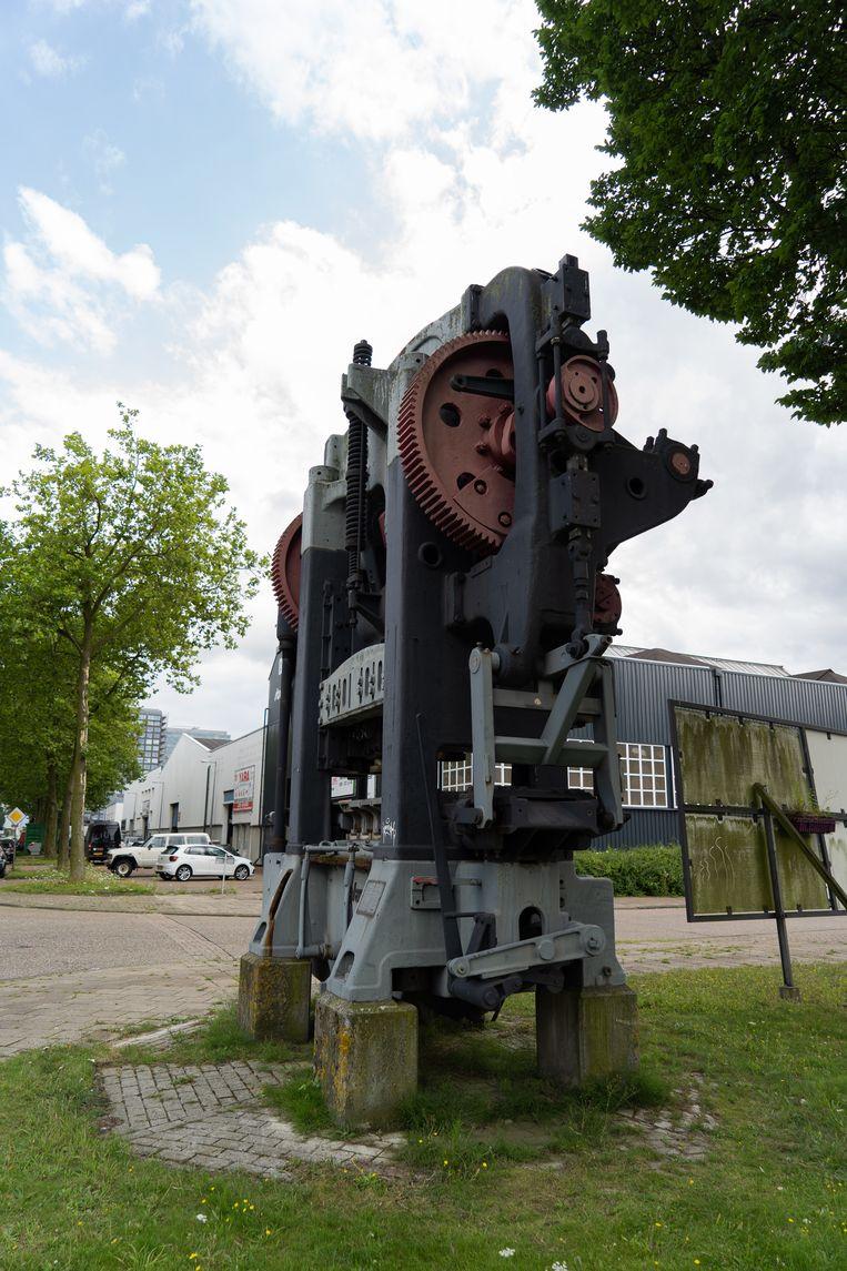 Zaterdag 4 september stonden we bij de staalpers van de voormalige Van Leers' Vereenigde Fabrieken aan de Tt. Vasumweg, in mei 1993 door wethouder Piet Jonker onthuld als monument 'ter gelegenheid van de revitalisering' van het voormalige scheepsbouwterrein. Winnaar van het jaarabonnement op Ons Amsterdam is Cees van't Hof. Beeld Birgit Bijl