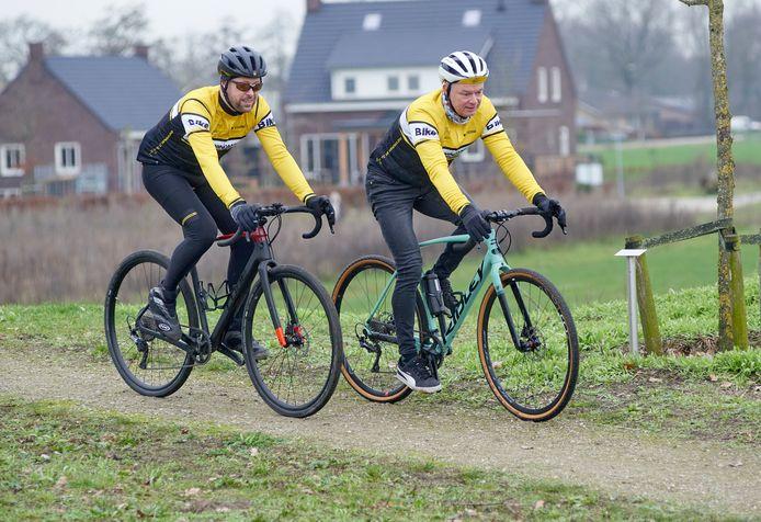 Twee gravelbikers van TC De Windmolens in Geffen: Jurgen van Nistelrooij (links) en Rob van Nistelrooij.
